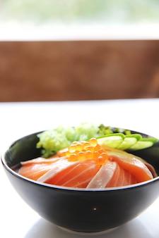 Суши с лососем и рисом дон