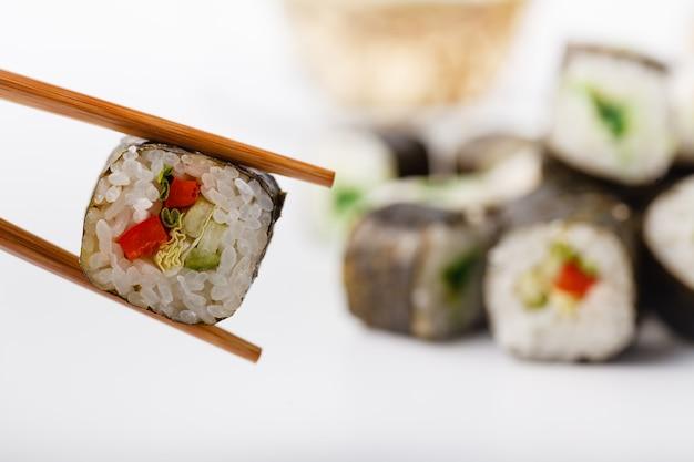Ролл из суши с лососем в палочках