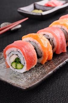 Salmone tonno sushi rotolare su un piatto