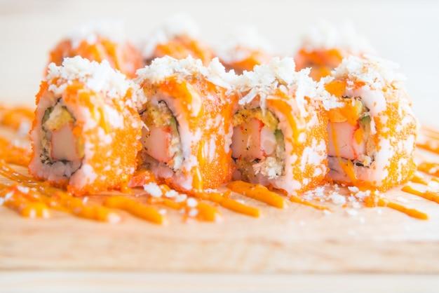 Rotolo di sushi di salmone
