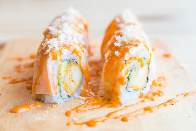 Ролл из суши с лососем