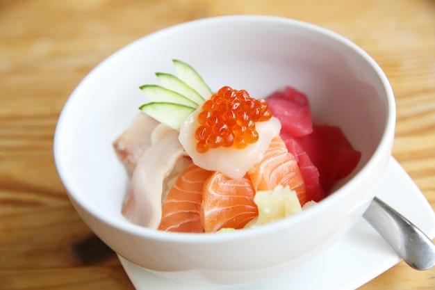 Суши из лосося с рисом на фоне дерева