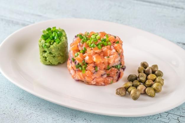 Тартар из лосося с авокадо, гуакамоле и каперсами