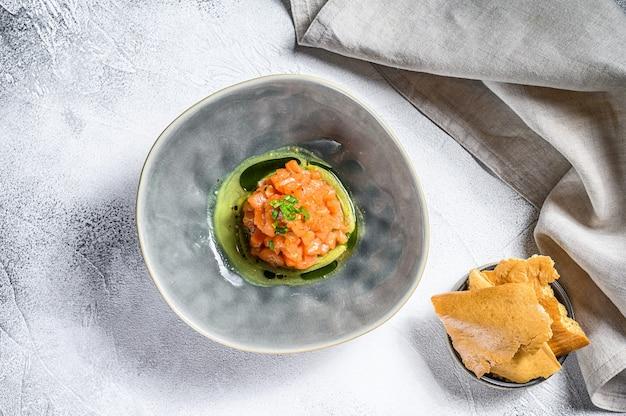 Тартар из лосося с зеленым луком авокадо