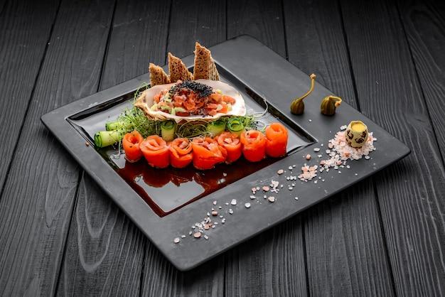 新鮮な野菜とトーストを添えたサーモンタルタル。木製のテーブルの上