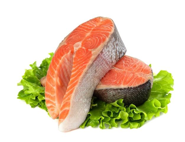 Стейк из лосося, форель, кусок свежей сырой рыбы, изолированные на белом фоне