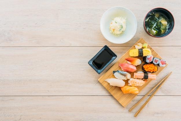 Креветки с лососем и тунцом и суши маки
