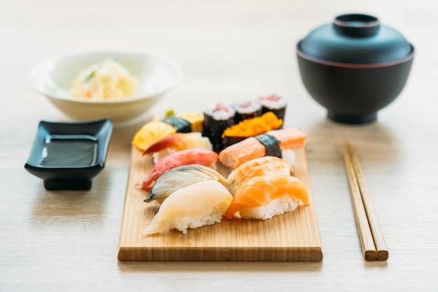 연어 참치 껍질 새우와 다른 고기 초밥 마키