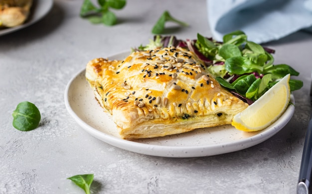 Пирог из слоеного теста с лососем, шпинатом и рикоттой salmon wellington в слоеном тесте