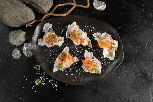 Лосось с редисом в медовом понзу на рисовых чипсах
