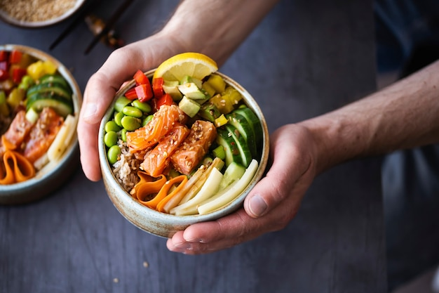 サーモンと野菜とご飯の写真