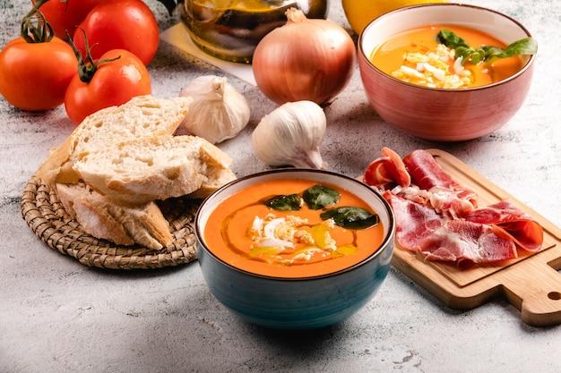 ボウルに卵と卵のサルモレホスープ