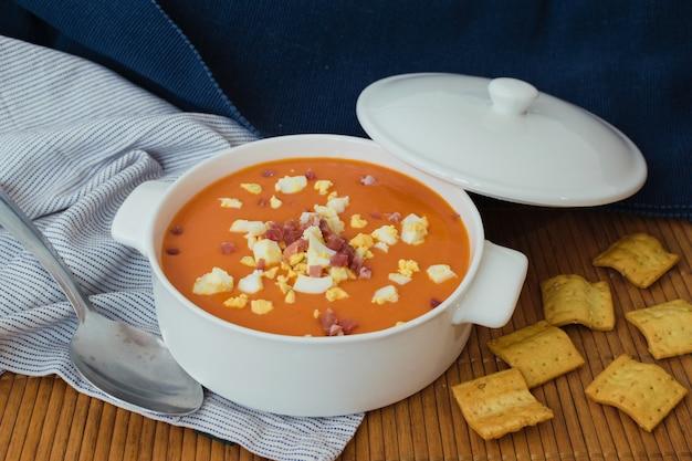 Salmorejo。典型的なスペインの夏のトマトスープ