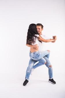 白地にサルサ、キゾンバ、バチャータのダンサー。ソシアルダンスのコンセプト