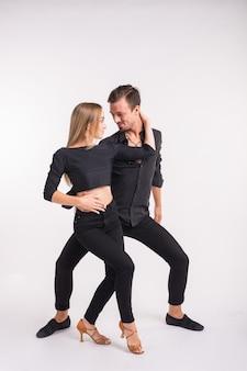 Танцоры сальсы, кизомбы и бачаты на белом фоне. концепция социального танца.