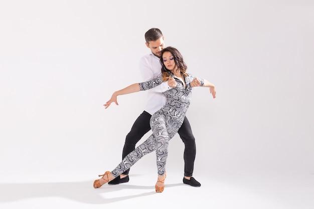 흰색 배경에 복사 공간이 있는 살사, 키좀바, 탱고, 바차타 댄서. 사교 댄스 개념