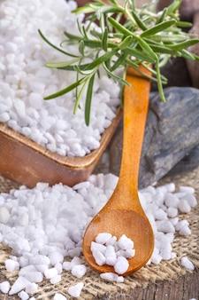 Солевая ванна в деревянной миске с розмарином