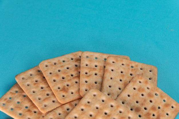 Cracker al sale sullo sfondo blu