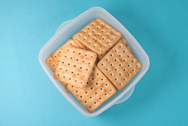 Cracker al sale sul tavolo blu