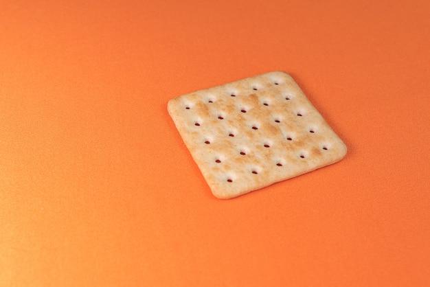 오렌지 배경에 소금 크래커