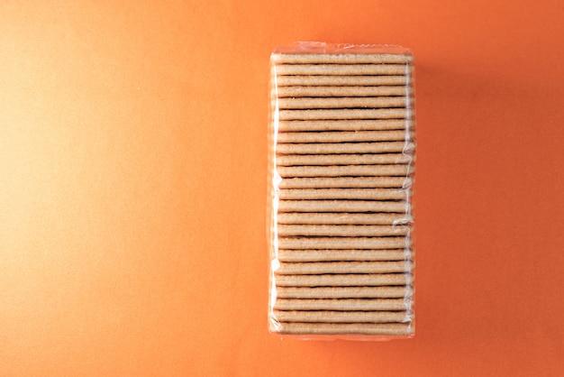 오렌지 테이블에 소금 크래커
