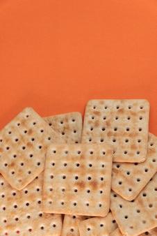 Cracker al sale su fondo arancio