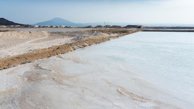 アフリカ、エチオピアのダナキル恐慌のアフェラ湖近くの塩田