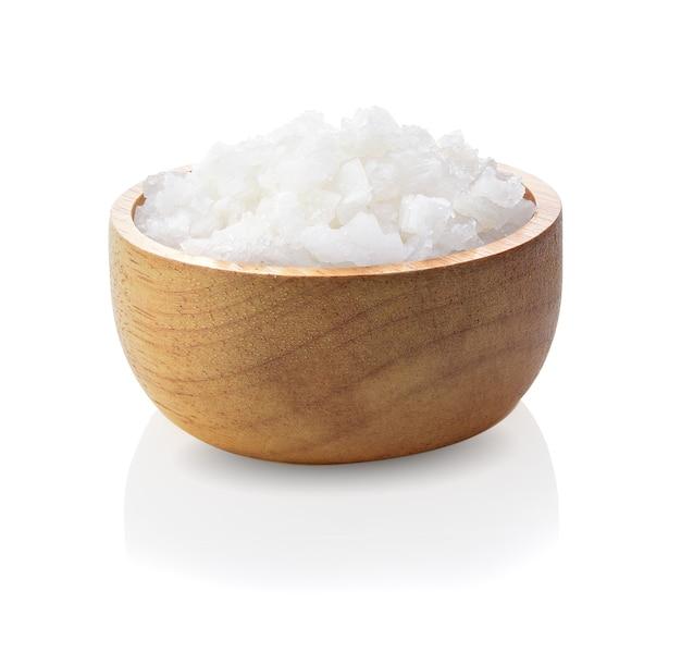白で隔離される木製のボウルの塩