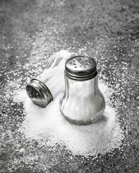 Соль в стакане. на деревенском фоне