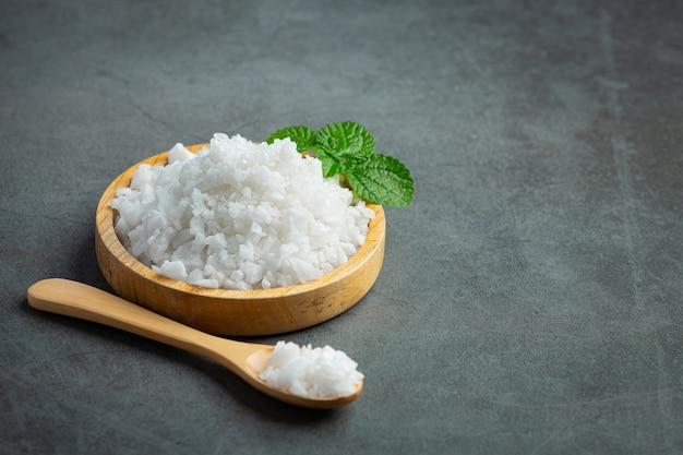Соль в деревянной тарелке
