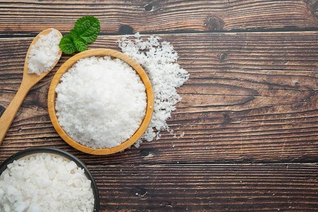 木製の小皿に塩