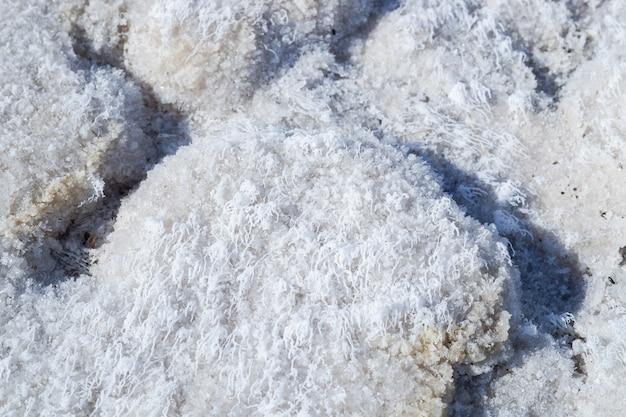 塩湖。塩産業-塩抽出。自然の不思議。水の上の塩の地殻。