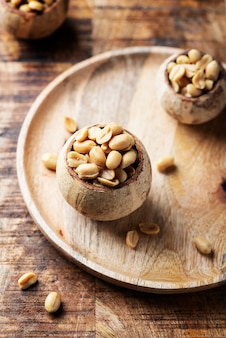 Соль арахисовая на деревянном столе Premium Фотографии