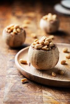 Соль арахисовая на деревянном столе