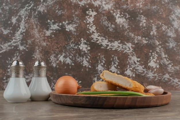 Salare e pepare con le crocchette e le uova di quaglia.