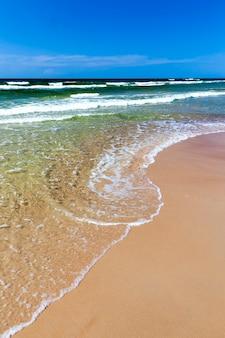 햇빛과 함께 낮에는 물에 파도와 함께 바다의 소금물
