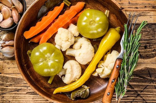 塩漬けと漬物の野菜は木の板に保存されます。