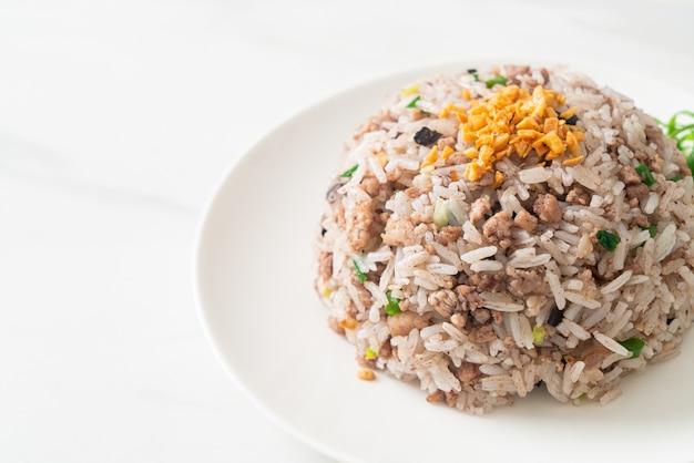 Соленый китайский жареный рис с черными оливками и свиным фаршем - азиатская кухня