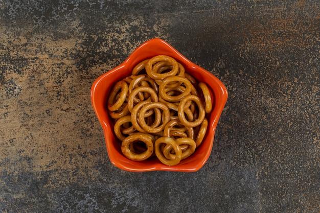 오렌지 그릇에 소금에 절인 된 원 프레즐입니다.