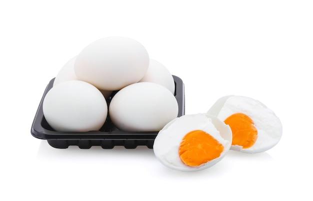 白い背景で分離された塩漬け卵