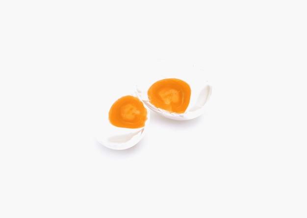 白で分離された塩漬け卵