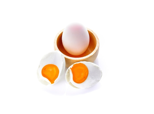 Соленые яйца на белом фоне