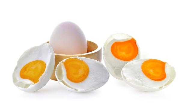 Соленые яйца на белом пространстве
