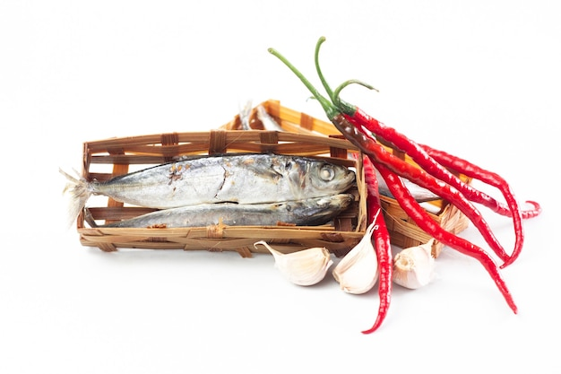 白い背景で隔離のバスケット竹の塩漬け魚