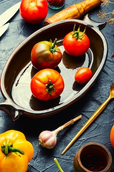 塩漬けのフレッシュトマト。調理工程、缶詰のトマト。漬物と保存