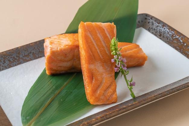 Стейк из соленого лосося на гриле - стиль японской кухни
