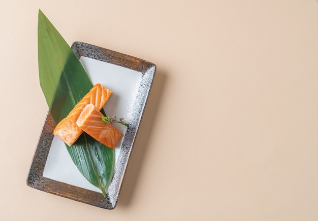 サーモンステーキの塩焼き-日本食スタイル