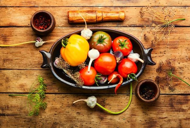 塩漬けの自家製トマト。調理工程。缶詰のトマト。マリネした野菜。トマトのピクルスの準備。