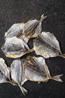 Соленая рыбка вяленая вяленая или копченая закуска закуска на столе копировать пространство еда