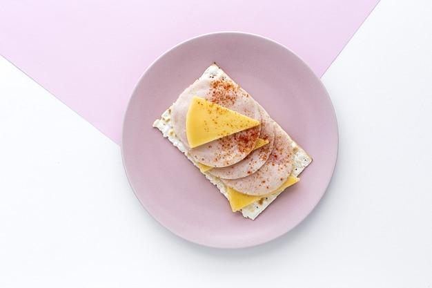 Соленые крекеры с колбасой из курицы и паприки сверху